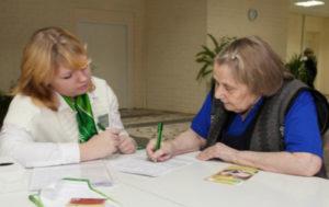 Если пенсионер желает взять кредит, ему достаточно иметь при себе только паспорт