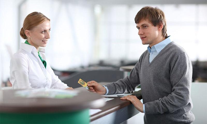 Воспользуйтесь помощью сотрудника Сбербанка, чтобы сделать перевод средств с вашей карты на счет юридического лица или организации, находящейся в другом регионе