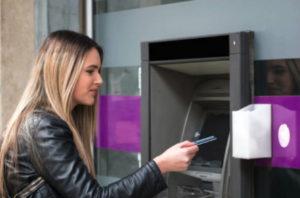 После одобрения онлайн заявки клиенту можно получить потребительский кредит на карту, сняв наличные средства в ближайшем банкомате или использовать одобренную сумму полностью или частично для увеличения лимита по кредитной карте