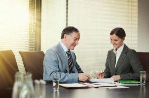 После заполнения бланка доверенности юридическому лицу необходимо обратиться к специалисту Сбербанка для заверения данного документа