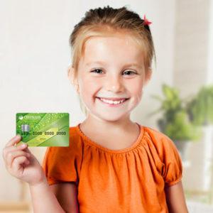 Стоимость обслуживания карты для ребенка с 7 лет ниже, чем для основной одного из родителей, к которой она была выпущена в качестве дополнительной