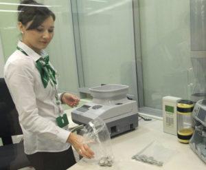 Обратитесь к сотруднику в отделении Сбербанка, чтобы сдать мелочь, предварительно рассортировав ее по номиналу монет