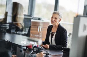 Работающим пенсионерам получить кредитку гораздо проще