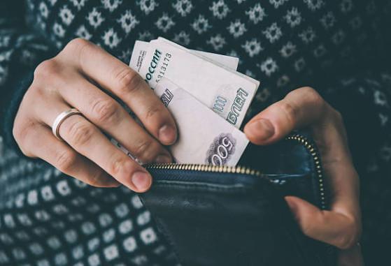 Загляните в договор на обслуживание кредитки и уточните, можно ли снять деньги с кредитной карты и сколько за это придется заплатить