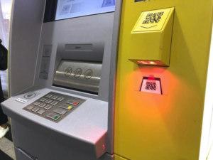 Отличительной особенностью банкоматов Tinkoff является устройство для считывания QR-кода, а так же специальное считывающее устройство, к которому можно приложить карту или телефон с технологией NFC для дальнейшего совершения необходимых операций