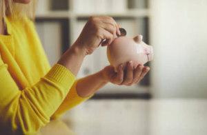 Складывая мешающуюся в кармане мелочь в копилку, незаметно для себя можно накопить приличную сумму