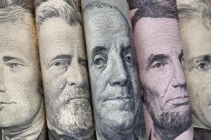 Очень рискованно оформлять кредит в валюте из-за постоянного изменения курса